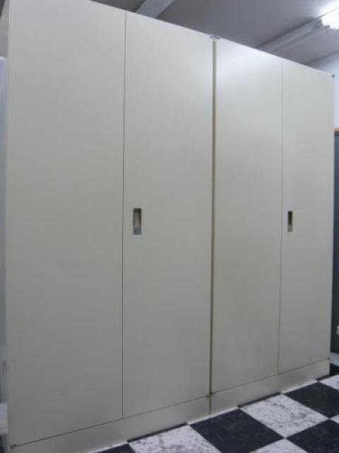 ■状態良好■【セット商品】オカムラ製単体両開き書庫が入荷。こちらは2台セットでのご提案です。高さが1800ですので、女性の方でも書類などの収納が簡単。                                     中古