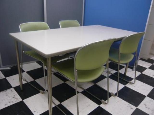 【セット商品】オカムラ製ミーティングテーブルとスタッキングチェア×4脚セットのセット商品です。■4名様打ち合わせセット■【会議チェア】                                     中古