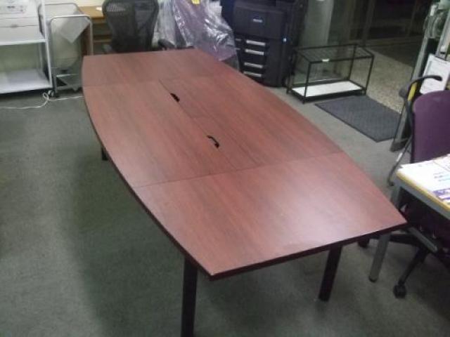 内田洋行製大型会議用テーブル 中央に配線用の孔もあり PC等の配線ある機材も使えます。3枚に天板割れてる為 搬入経路(エレベーター)の心配なし!                                     中古