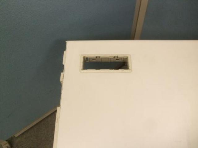 内田洋行製片袖机 配線カバーなどに欠品があるのでお安くなっております!                                     中古