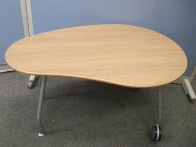 【在庫処分価格】オカムラ製 デザインテーブル! ■キャスター付き                                     中古