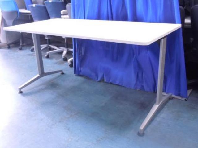【飯田橋店スタッフ一押し商品】スタンダードながら洗練されたデザイン!見栄えするミーティングテーブル ITOKI製 DDテーブル                                     中古