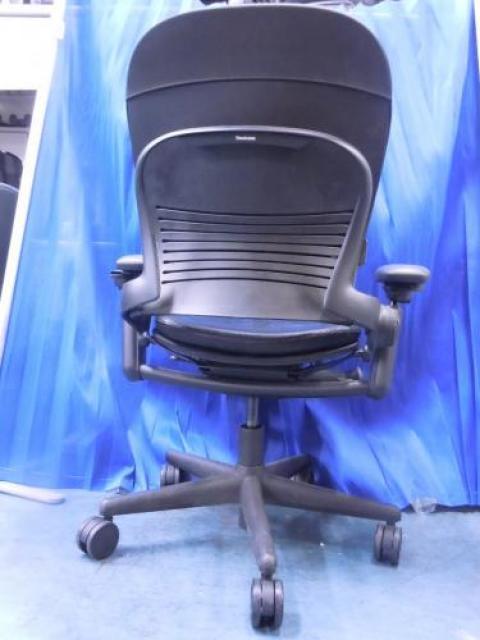 【高級チェア】 スチールケース Steelcase ◆ Leap(リープ)チェア ◆ 4脚入荷しました! ◆ 本皮張りタイプ ◆これまでの椅子の常識を超え、時代の先へ「飛躍」するまったく新しいコンセプトのチェアです。 【高級チェア】【OAチェア】                                     中古