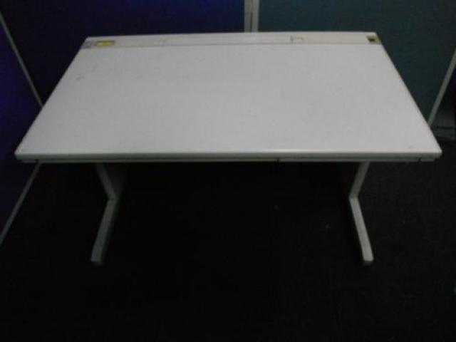 コクヨ製W1200MXシリーズの平机が大量入荷。もっとも多くのオフィスで使われているタイプの机です。【ぞくぞく】                                     中古