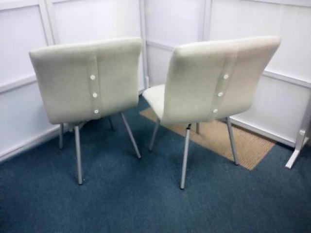 クッション性のある座面 ミーティングチェアでは珍しい 座ったまま回転できます。2脚セット【会議チェア】                                     中古