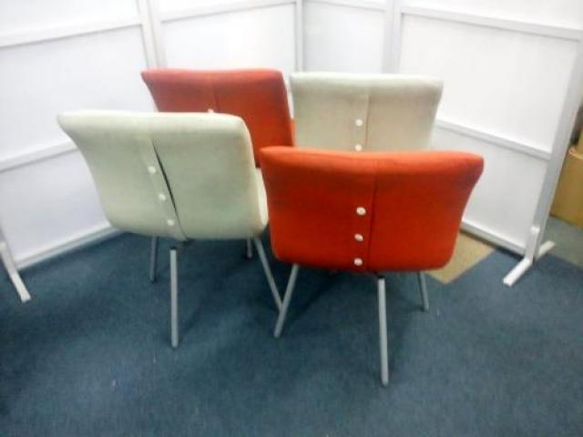 クッション性のある座面 ミーティングチェアでは珍しい 座ったまま回転できます。4脚セット【会議チェア】                                     中古